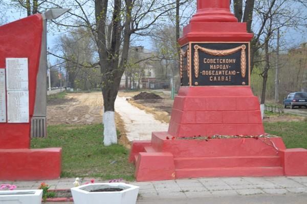 В Костерёво в спешном порядке облагораживается территория у памятника павшим в годы войны