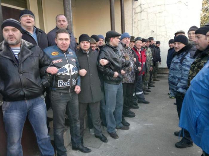 Здесь он во втором ряду по левую руку от чиновника Гус-Хрустальной мэрии Игоря Трошкова на какой-то схоке Боевого братства. Фото со страницы Боевого братства в Одноклассниках