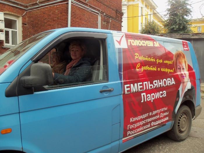 После пресс-конференции Лариса Емельянова уехала на своей агитмашине